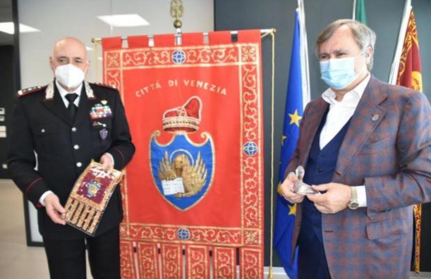 Il sindaco Brugnaro saluta il comandante dei Carabinieri Bernardini
