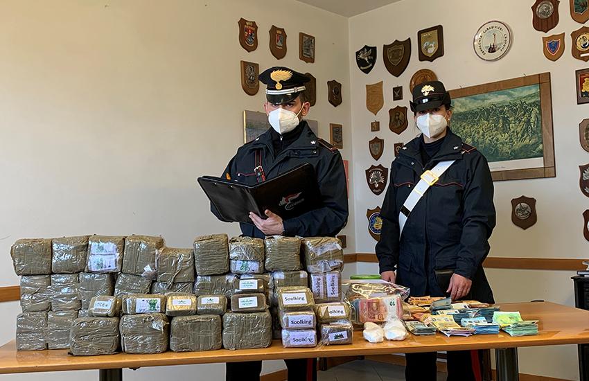Sequestrati 35 chilogrammi di hashish, 230 grammi di cocaina e circa 64mila euro. Un arresto