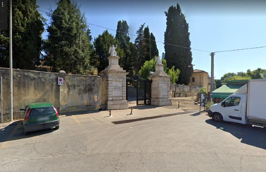 """Sezze, le ammissioni di una testimone: """"Mi prostituivo all'interno del cimitero"""""""
