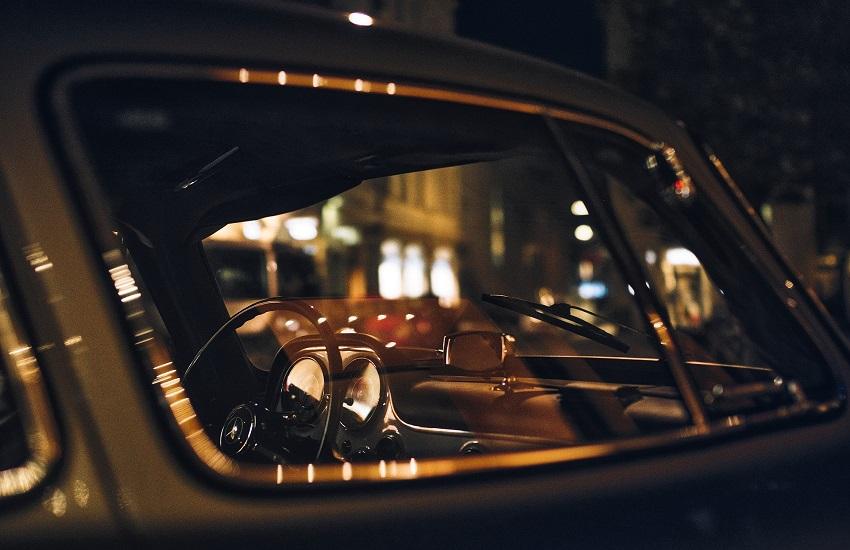 Inseguimento ad alta velocità: donna alla guida di un'auto ignora l'alt