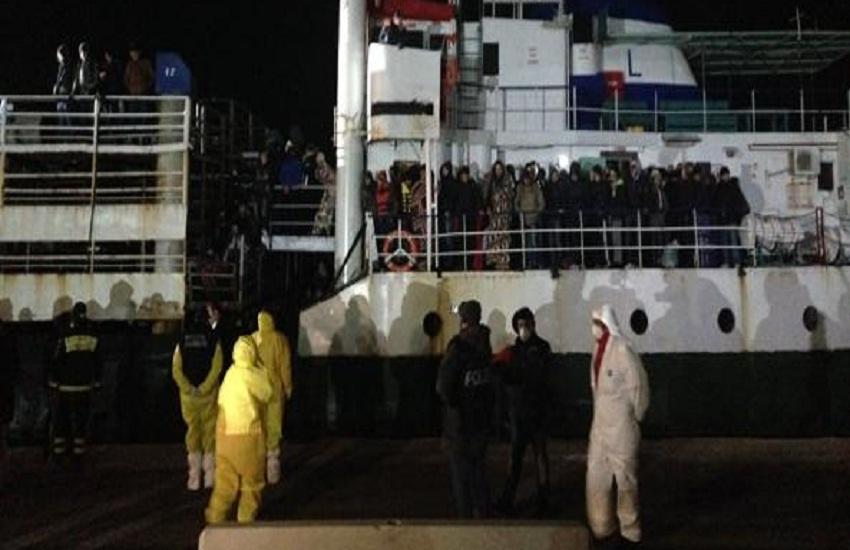 Al Porto di Salerno sbarcano 32 migranti