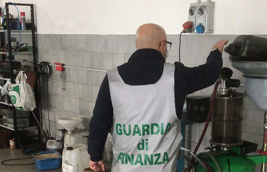 """""""Casa e bottega"""". La GdF scopre in un garage una officina abusiva"""