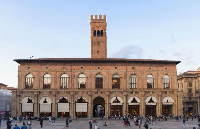 Bologna: Palazzo del Podestà s'illumina di verde