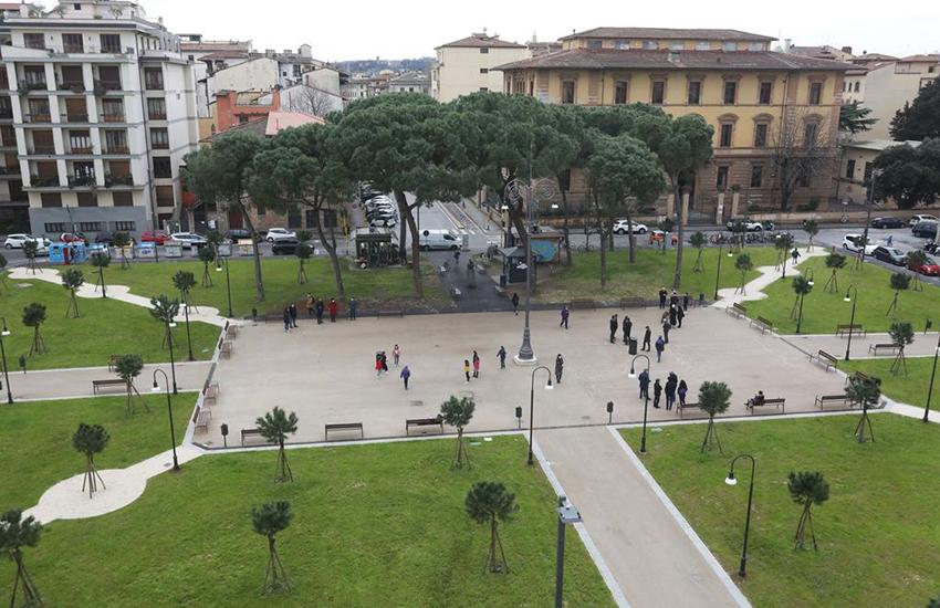 Funzionale e moderna, torna a nuova vita piazza della Vittoria: panchine, wifi e 62 pini