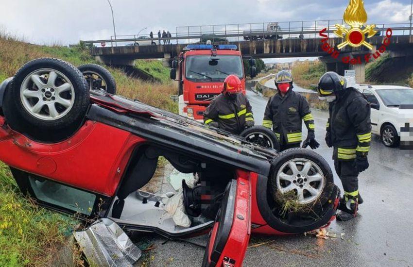 Milazzo, auto si ribalta per asfalto bagnato, conducente illeso