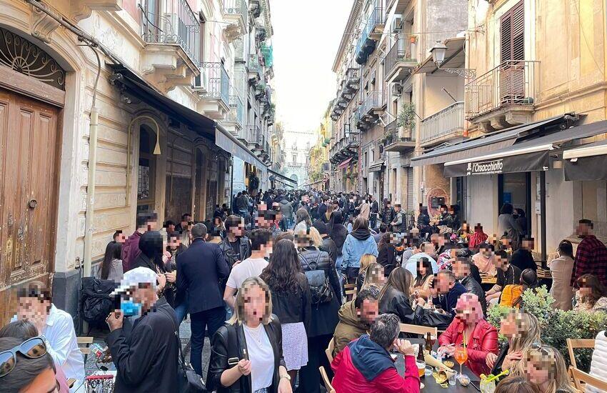 [VIDEO] Catania, centro storico affollato in quest'ultima domenica di libertà prima della Zona Arancione