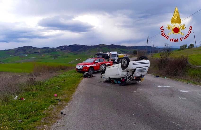 Una 20enne finisce fuori strada e l'auto si ribalta a Montecalvo Irpino