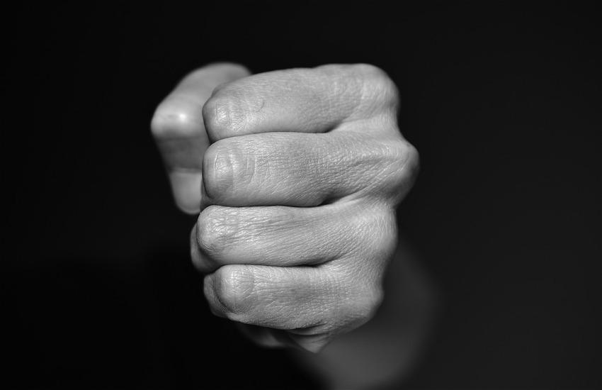 Orrore a Bagnoli: prende a bastonate la madre per avere soldi. Decisivo l'intervento dei vicini