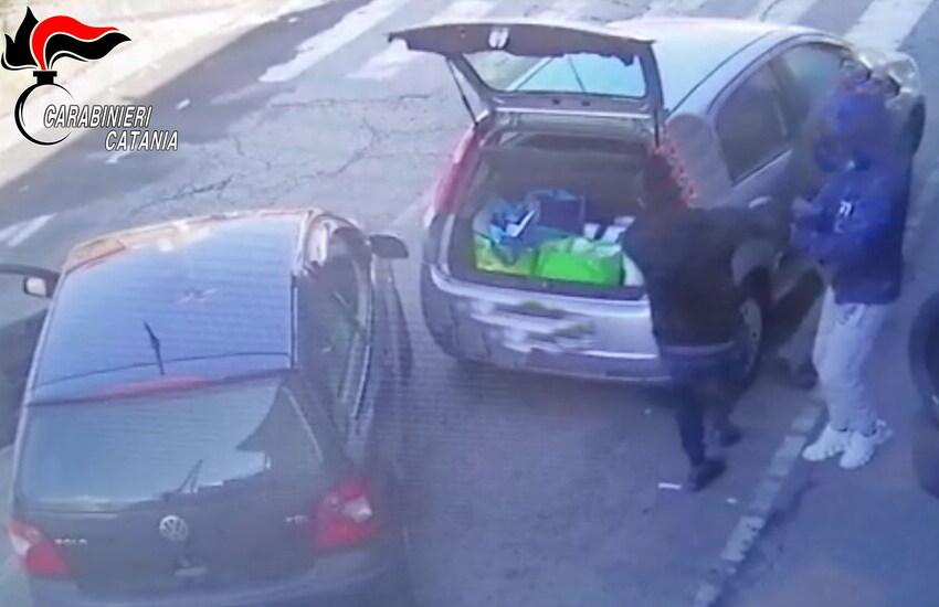 [VIDEO] Giarre, rapina violenta ad anziano: calci e pugni, pistola alla mano. Arrestato