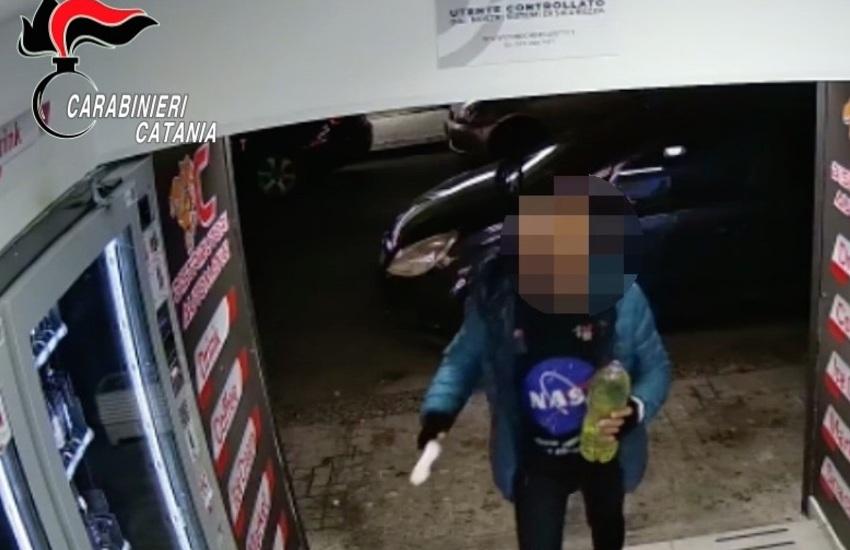 [VIDEO] Paternò, pregiudicato brucia i distributori automatici in un locale. Denunciato