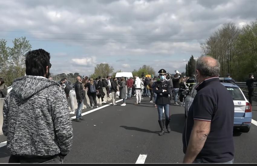 Protesta ristoratori: Automobilisti bloccati su A1 – Video