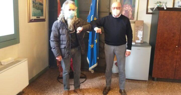 Il volontario Livio Piva consegna parte della liquidazione pensionistica alla Protezione civile montebellunese