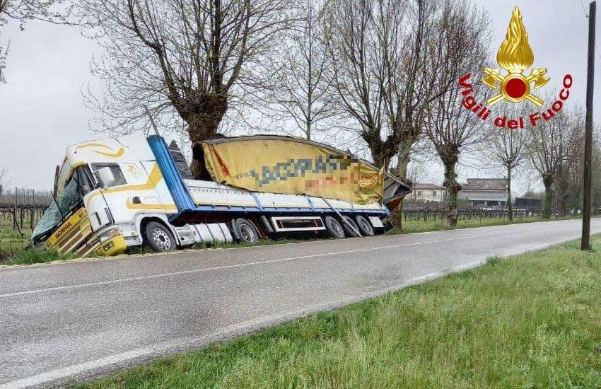 Tezze di Piave, camion uscito di strada