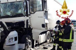 Autostrada A4, tamponamento tra mezzi pesanti, deceduto un autista