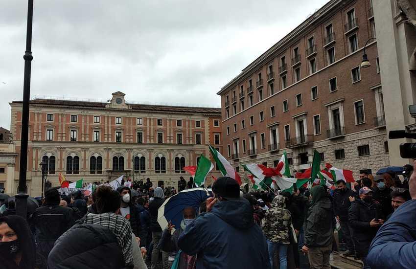 """[VIDEO] """"Io Apro"""", in corso nuova manifestazione a Roma. Scontri al sit-in"""