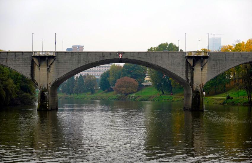 Torino, i ponti cittadini si danno una svecchiata