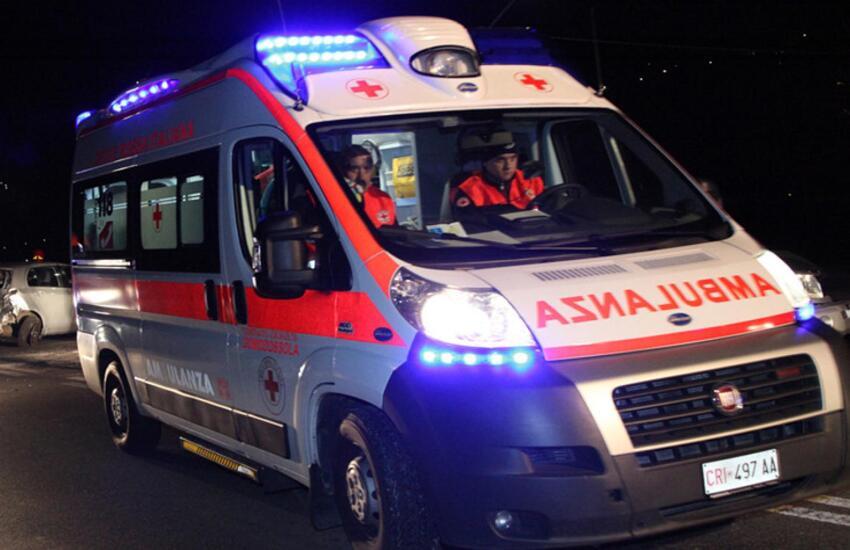 Vercelli, 45enne cade dal balcone del terzo piano dopo una lite: gravissimo