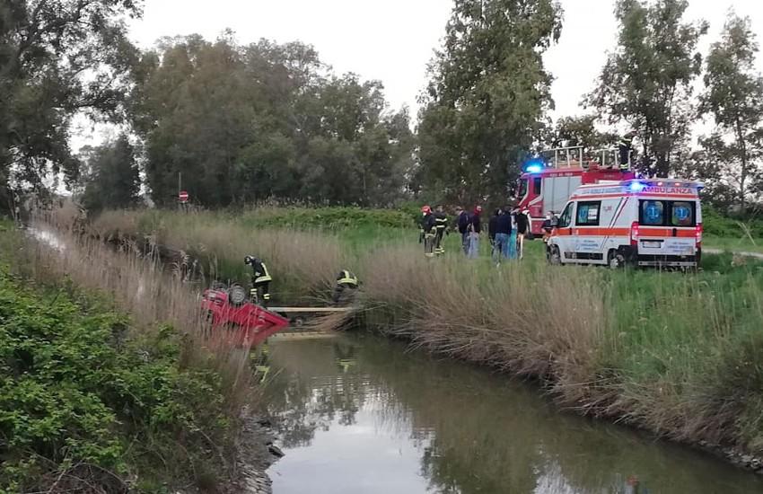 Con l'auto nel canale, salvato da due passanti: brutta disavventura per un anziano a Latina