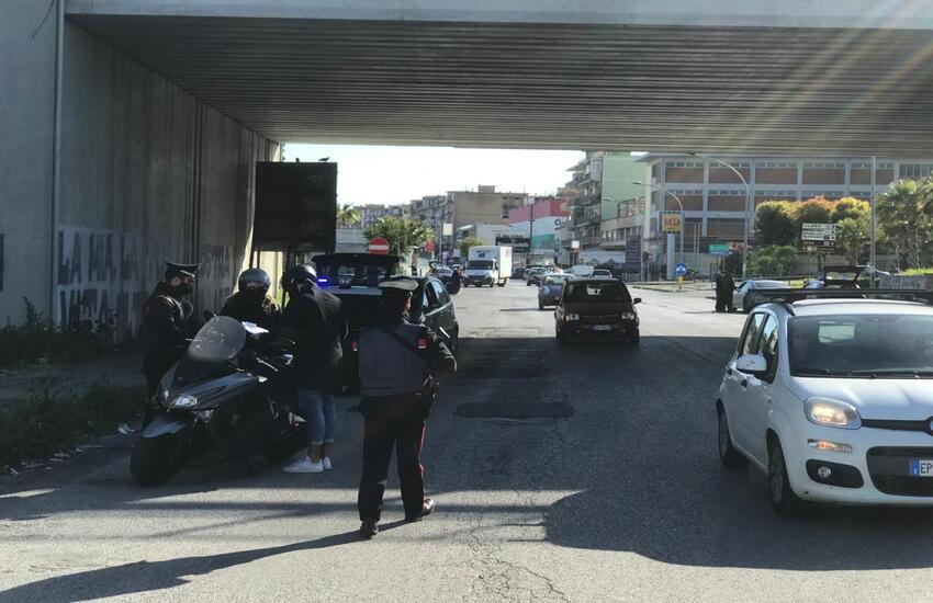 Casavatore presidiata dai carabinieri: controlli anti-Covid e scooter sequestrati