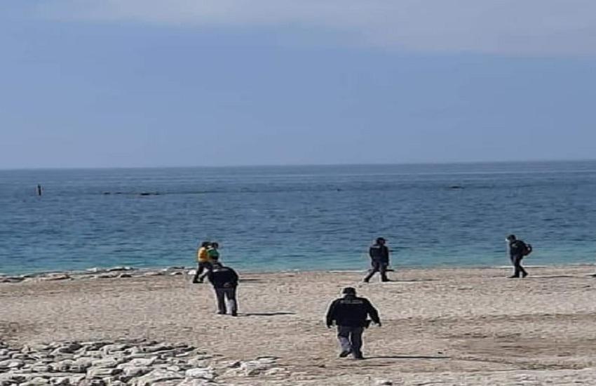 Misure anti-covid, la Polizia si sposta in spiaggia a Mercatello