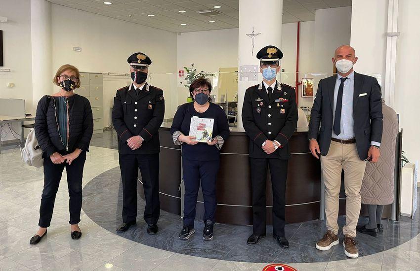 """Ragusa, l'Arma dona alla Biblioteca Verga il libro """"La grande Guerra dei Carabinieri"""""""