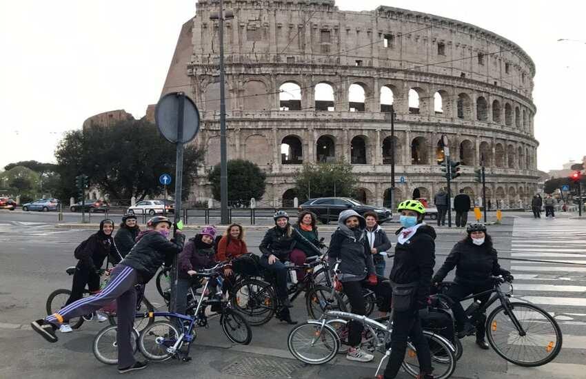 """Roma: incursione delle 'Femministe col ciclo' al Decathlon di Via Appia, """"Comunicazione sessista"""""""