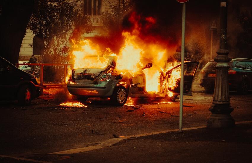 Palermo – Due stalker incendiano l'auto della loro vittima, fermati dalla polizia.