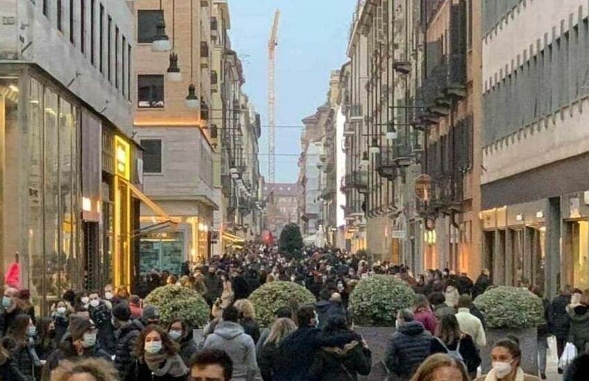 """Nel primo sabato """"arancione"""" a Torino folla in centro"""