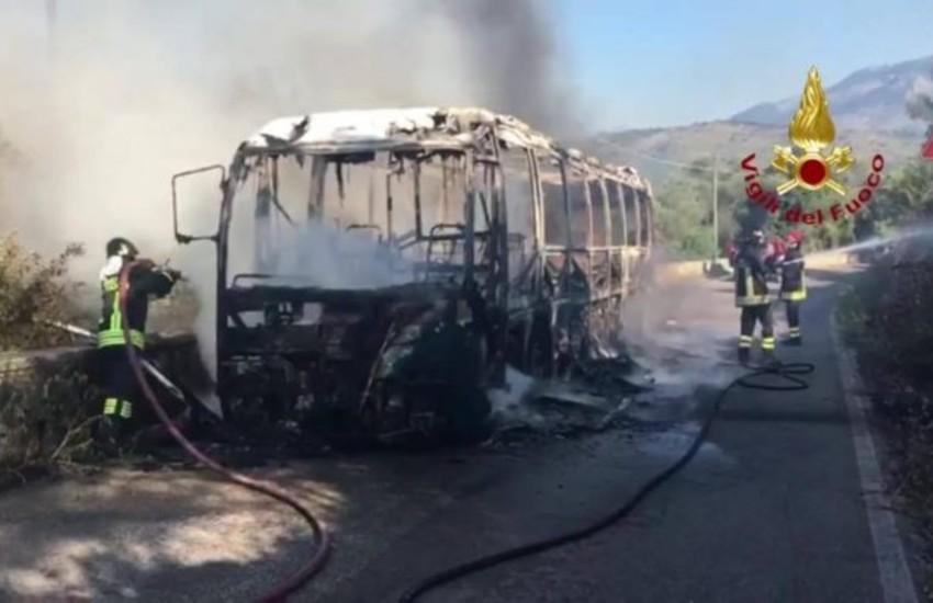 Minturno, in fiamme autobus in servizio; l'autista mette in salvo i passeggeri