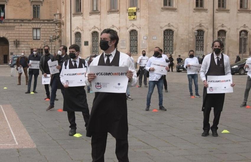 """""""Io Apro"""" anche a Lecce. Protesta di commercianti e ristoratori in Piazza Sant'Oronzo"""
