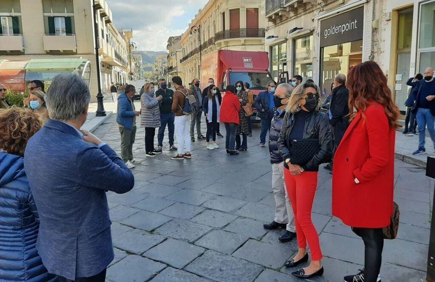 """Reggio Calabria, commercianti protestano in Piazza: """"Basta chiusure, noi riapriamo"""""""