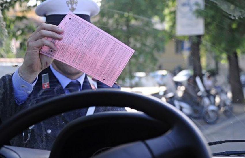 Oltre 2mila multe in tre settimane contro la sosta selvaggia: mano pesante della polizia municipale