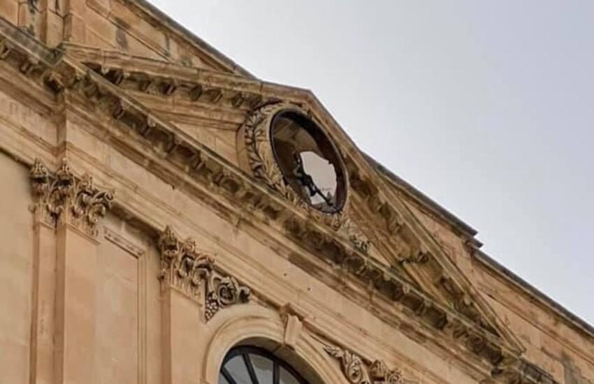 Vento forte a Comiso: divelto orologio Palazzo Municipale in Piazza Fonte Diana.