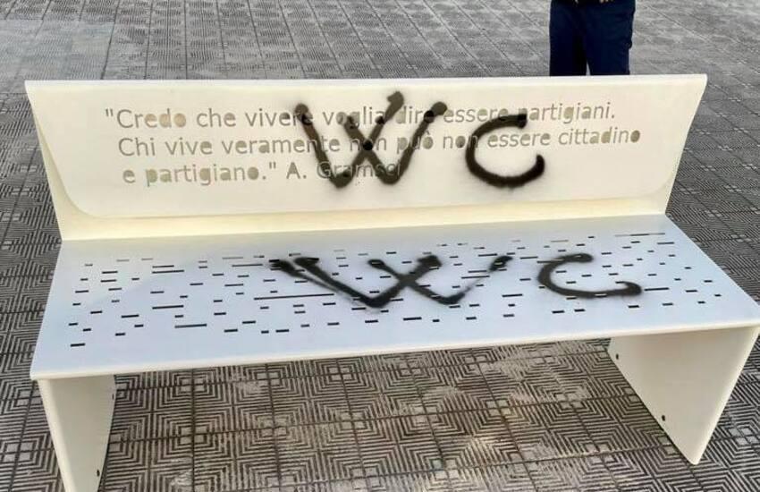 Reggio Calabria, vandalizzata la panchina dedicata a Gramsci in meno di 24 ore