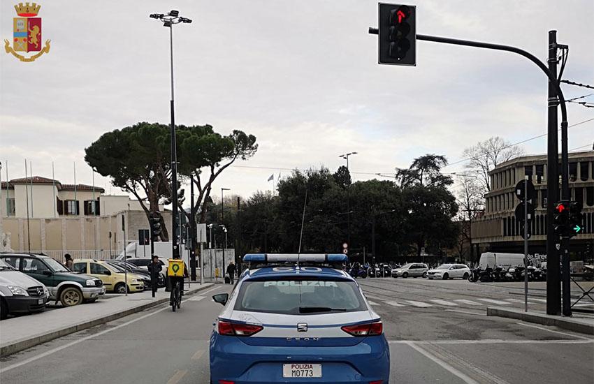 Viaggiano in treno insieme, poi in stazione a Firenze tenta di rapinarla: arrestato 35enne campano