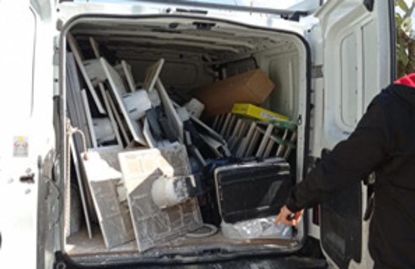 Palermo – Gettavano rifiuti speciali per strada, intervengono gli agenti della Polizia Municipale