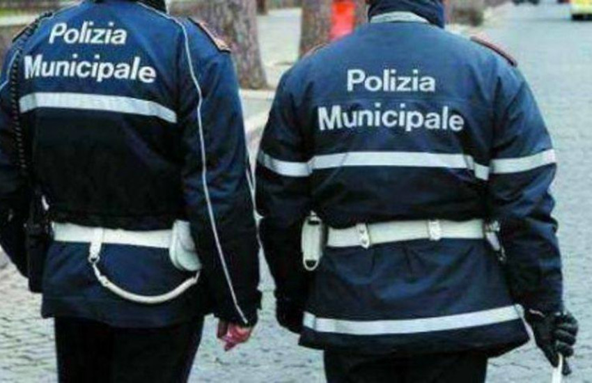 Soccorrono una donna e vengono aggrediti dal marito: feriti 2 agenti della Polizia Municipale di Torino
