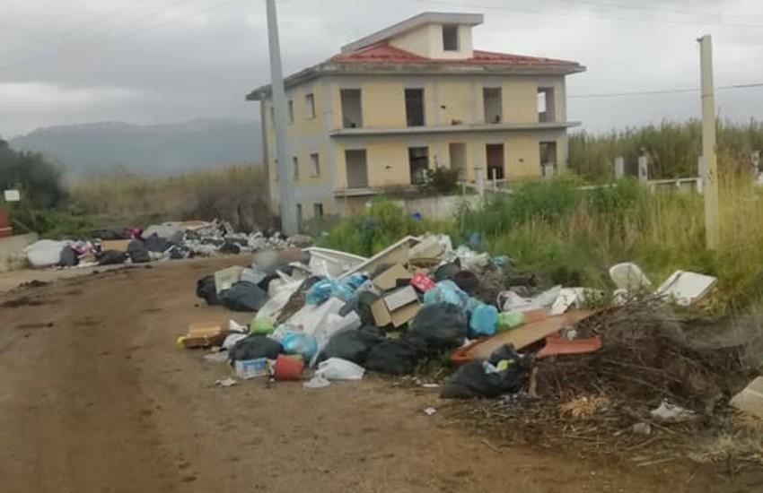 Getta rifiuti dal finestrino dell'auto non assicurata, fermato un uomo a Rivarolo