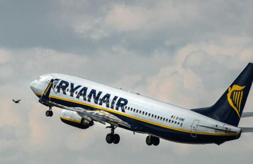 UK, volo Ryanair piccante: 2 amanti filmati a bordo