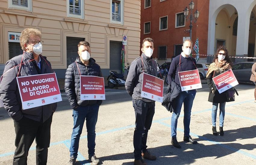 """Sit-in lavoratori agricoli in piazza Amendola: """"Zero sostegni, zero diritti"""""""