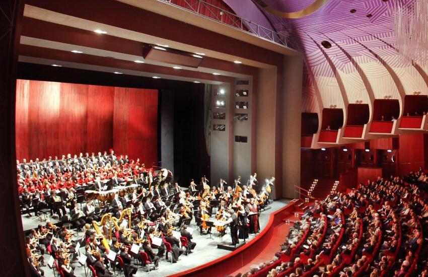 Al Teatro Regio ritorna dal vivo l'opera con la Traviata