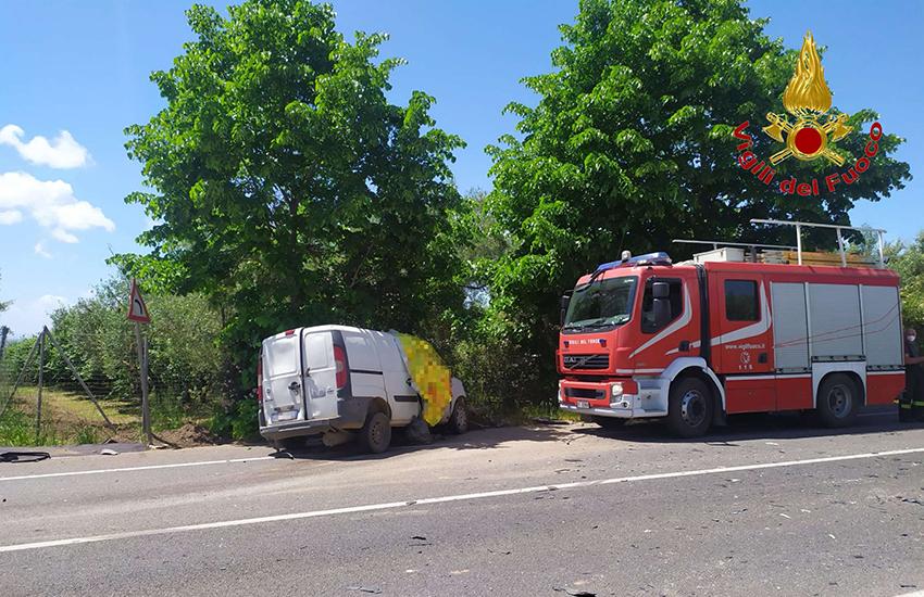 Incidente a Francolise, i Vigili del Fuoco salvano una donna rimasta incastrata in un furgone