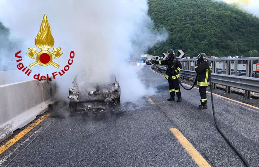 Avellino, un auto con a bordo 4 operai prende fuoco in A16. Tanto spavento per tutti