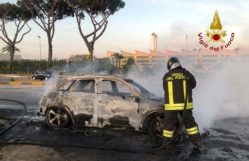 Marcianise, auto in fiamme vicino al Velodromo, nella corsia d'emergenza