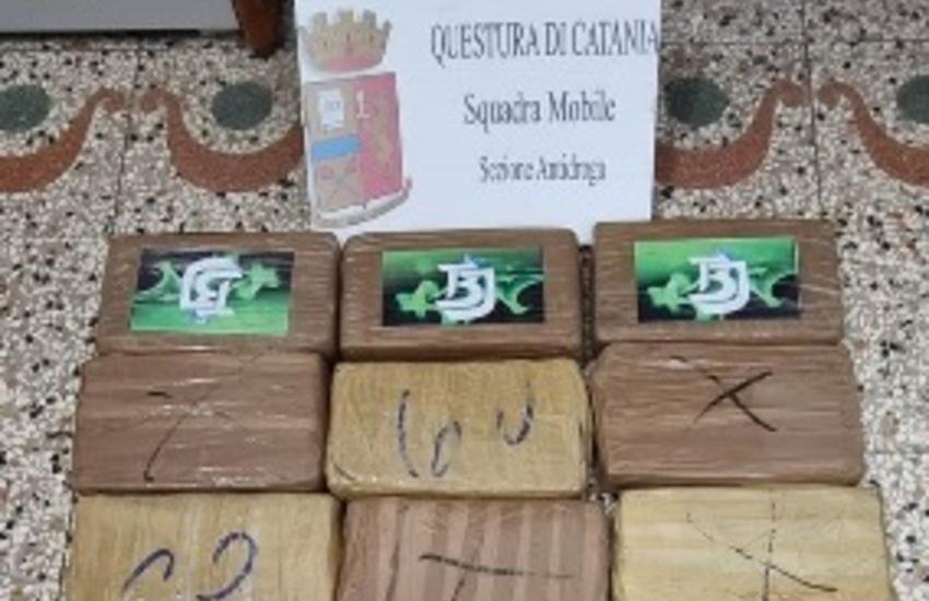 """Furgone carico di cocaina per il mercato catanese. Arrestato il """"corriere"""" che la nascondeva tra la frutta"""