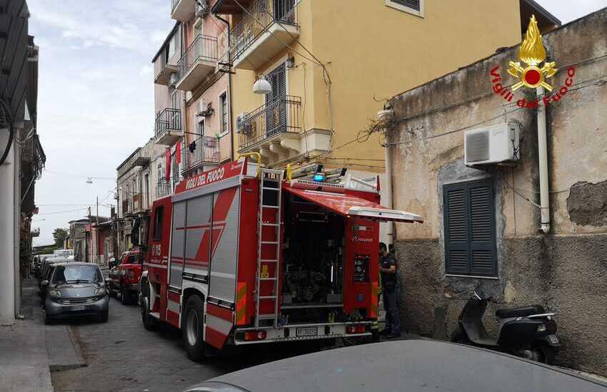 Catania, i Vigili del Fuoco intervengono in Via Tre Soci e salvano il bassotto Oscar