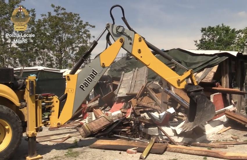 Milano: Ruspe abbattono campo nomadi abusivo – Video
