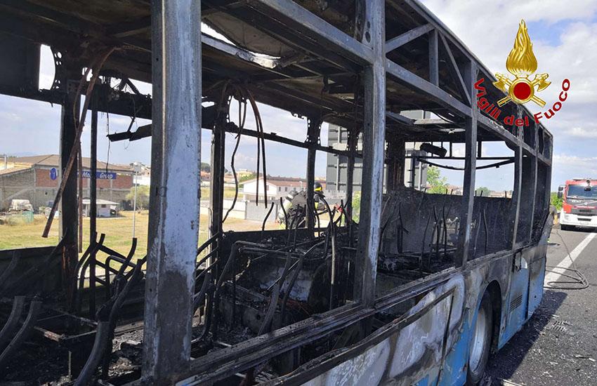 Paura sulla Nola-Villa Literno: un autobus prende fuoco e il fumo invade le corsie