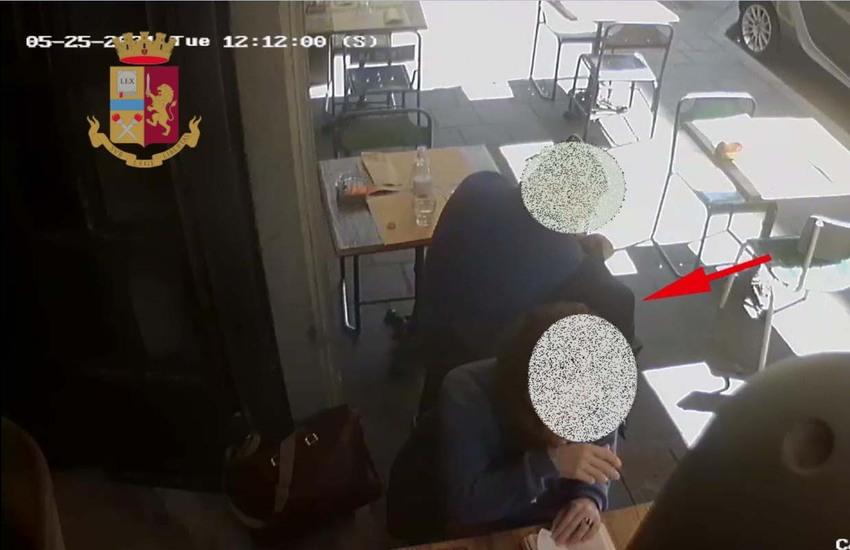 Milano: Rubano portafoglio in un bar, due arrestati