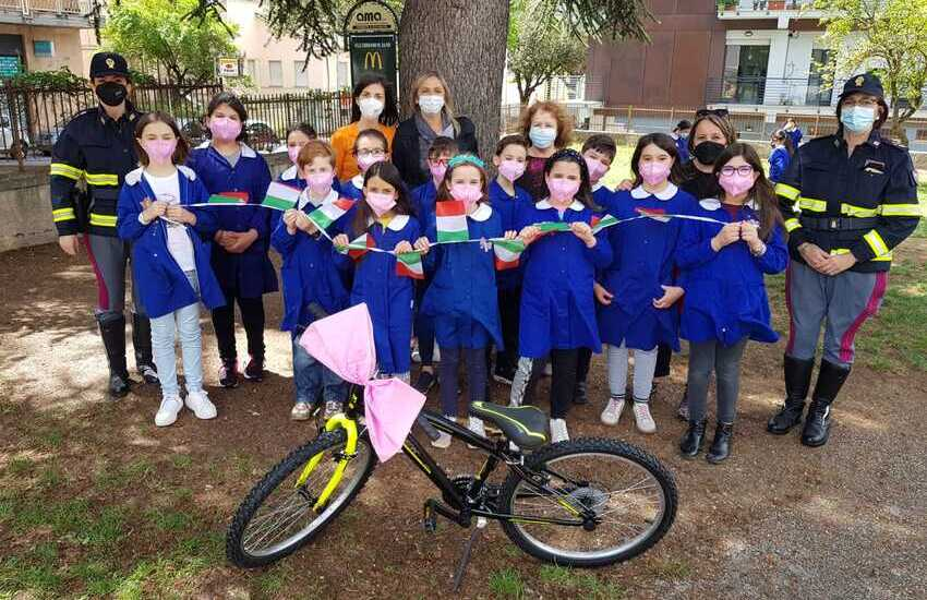 Giro e Biciscuola: premiate alla presenza della Stradale due scuole elementari dell'Aquila